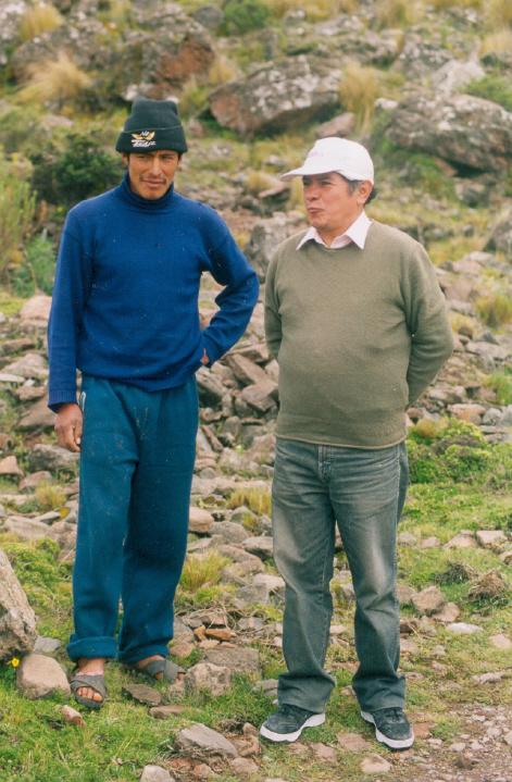 L'archéologue Americo Baca (en casquette blanche) aux côtés d'un carrier